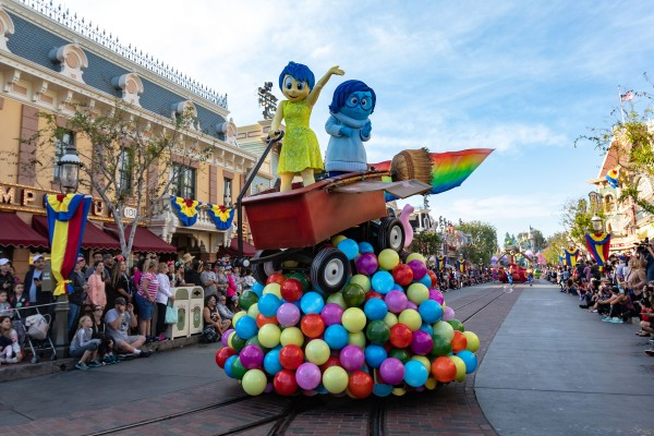 pixar-play-parade-inside-out-float